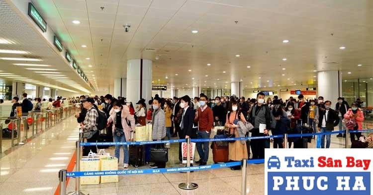Xếp hàng check in tại sân bay