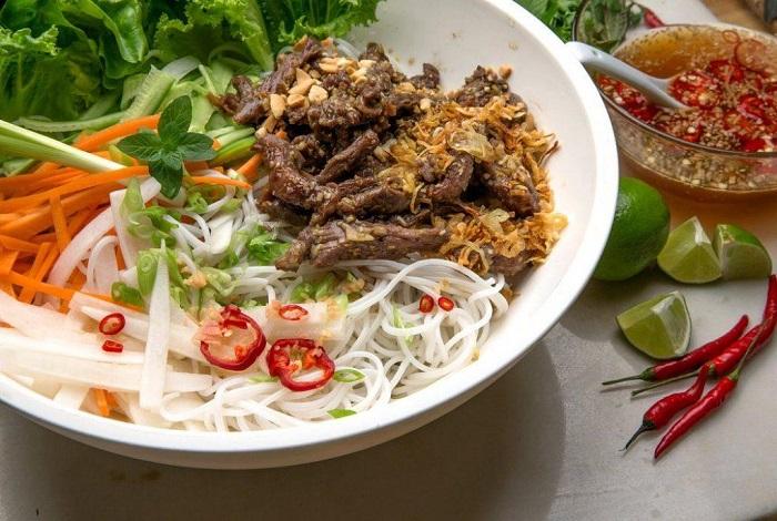 Bún thịt nướng cũng là món ăn đặc trưng Huế