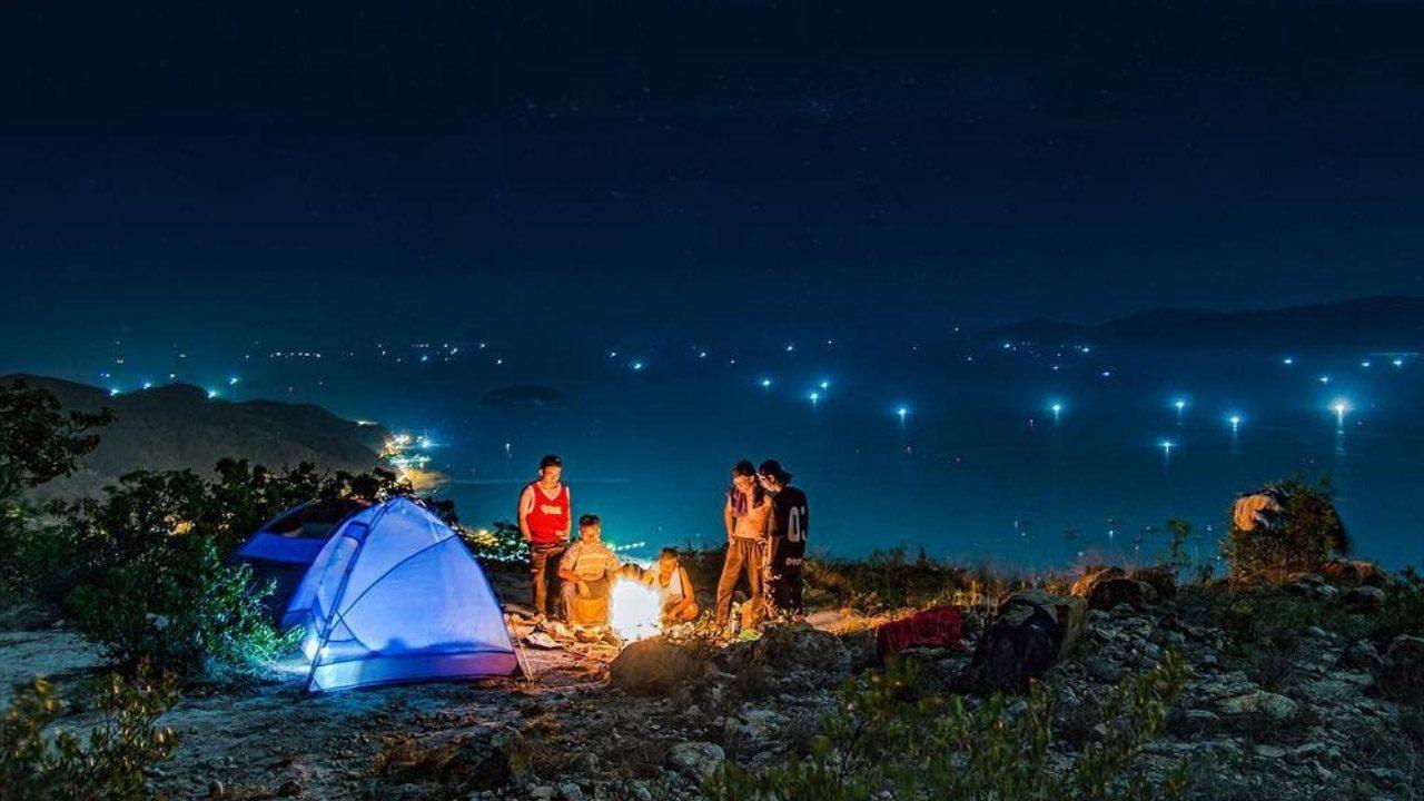 Cắm trại qua đêm trên đồi thông