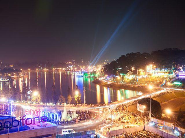 Check-in hồ Xuân Hương khi thành phố lên đèn