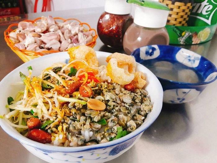 Cơm hến bún hén là món ăn với các nguyên liệu dân dã đặc trưng của Huê